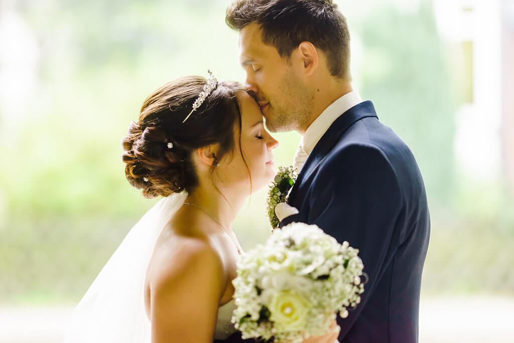 ein kuss bräutigam und braut hochzeitsshooting auf dem schloss wolfsburg hochzeitsfotografie