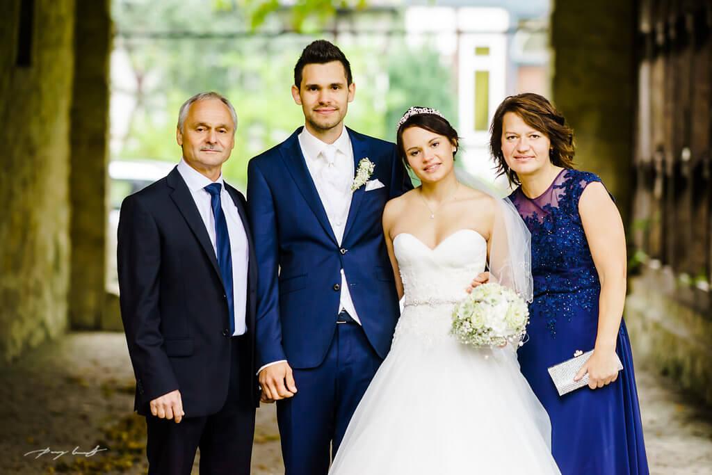hochzeitsfotografie braut und bräutigam schloss wolfsburg gäste