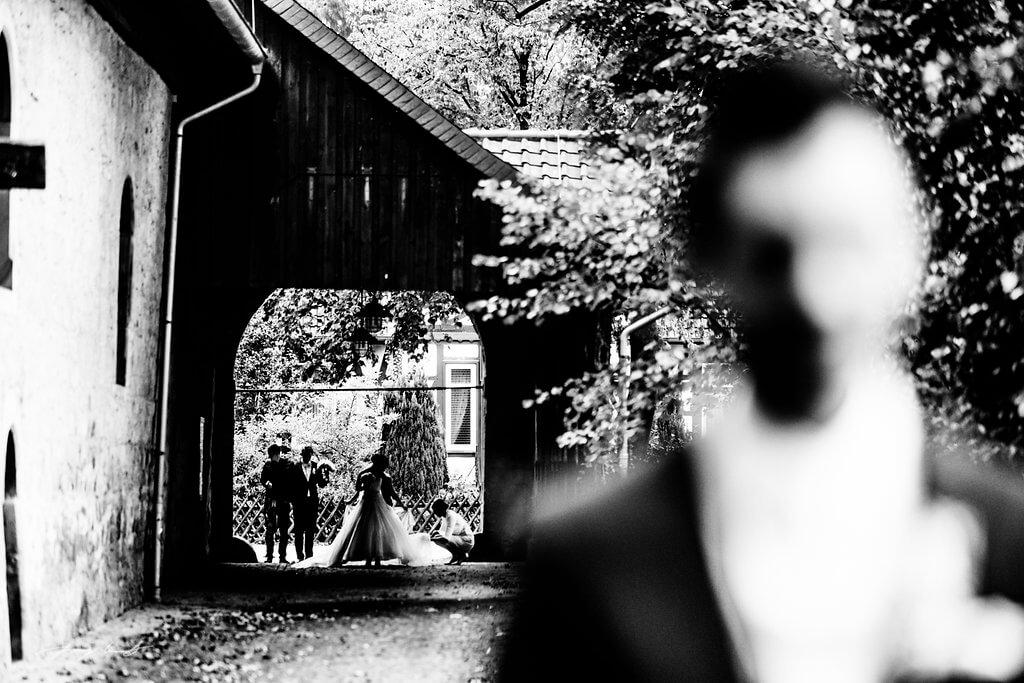 die erste begegnung schloss wolfsburg braut und bräutigam hochzeitfotografie