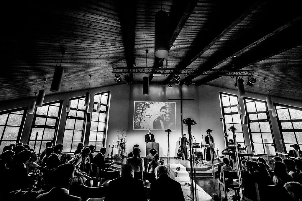 trauung in der mennoniten kirche wolfsburg hochzeit brautpaar trauung