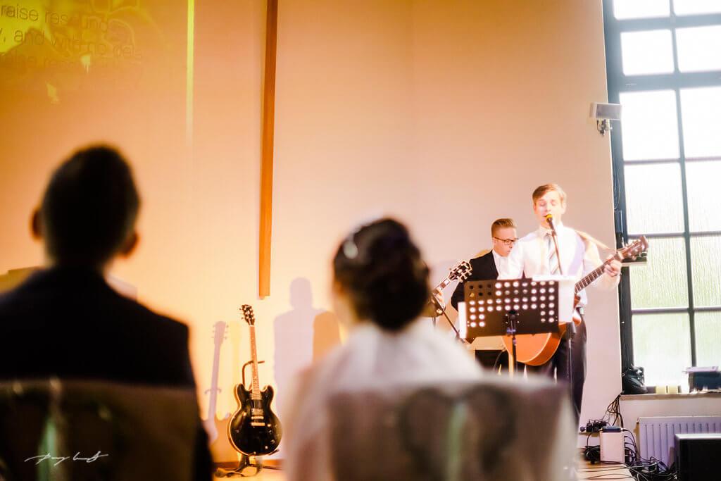 hochtzeitsband spielt brautpaar mennoniten kirche wolfsburg hochzeitsfotografie braut und bräutigam