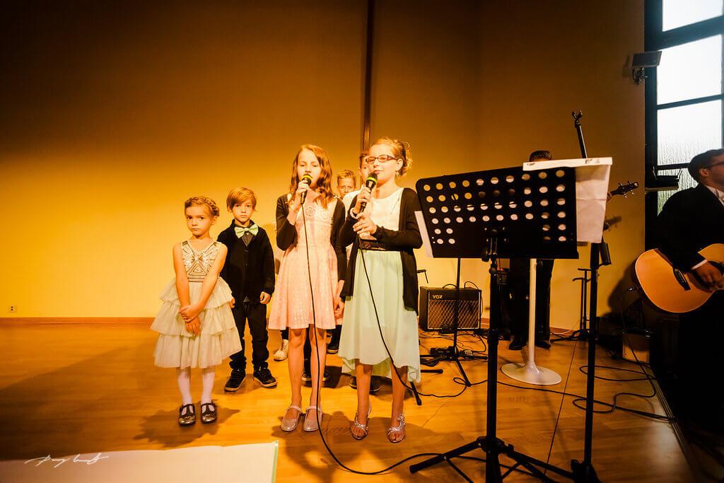kinder singen zur trauung in der mennoniten kirche wolfsburg der schönste tag hochzeitsfotograf