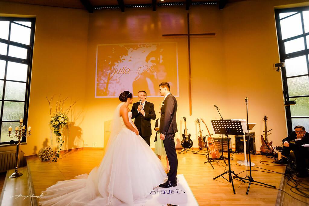 trauung pfarrer der mennoniten kirche wolfsburg hochzeitsreportage jawort braut und bräutigam