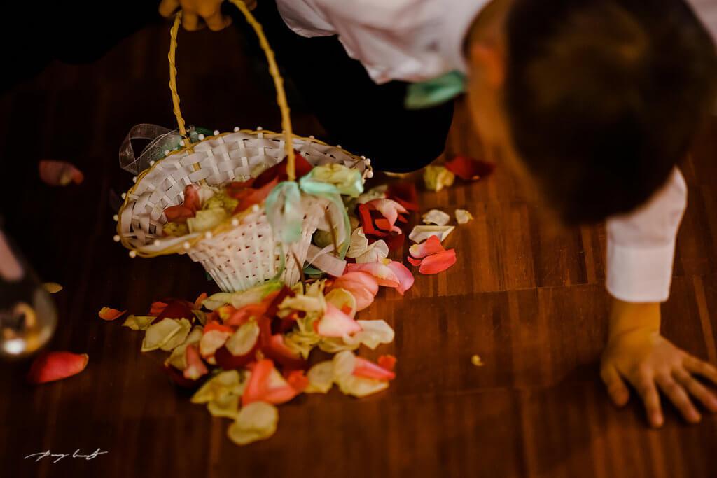 blumenkind hochzeitsfotografie brautpaar mennoniten kirche braunschweig blumenstreuen