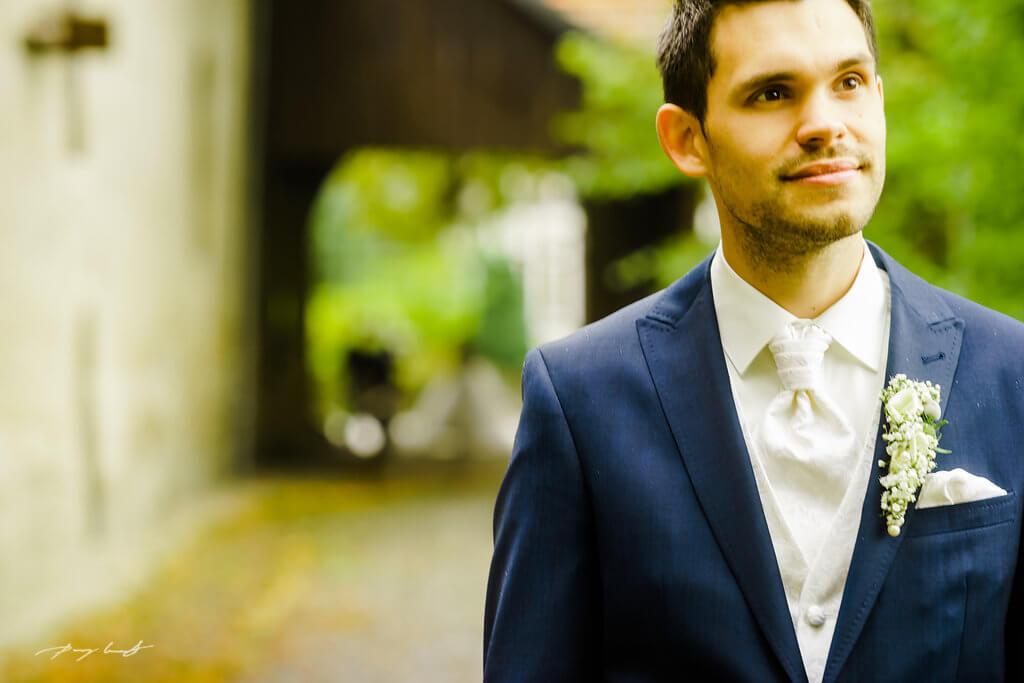 bräutigam wartet auf braut fotografie schloss wolfsburg hochzeitsshooting