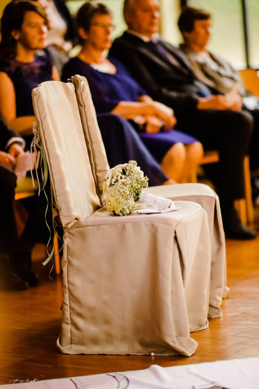 brautstrauss auf dem stuhl trauung hochzeitsfotografie in der minnoniten kirche braunschweig brautpaar