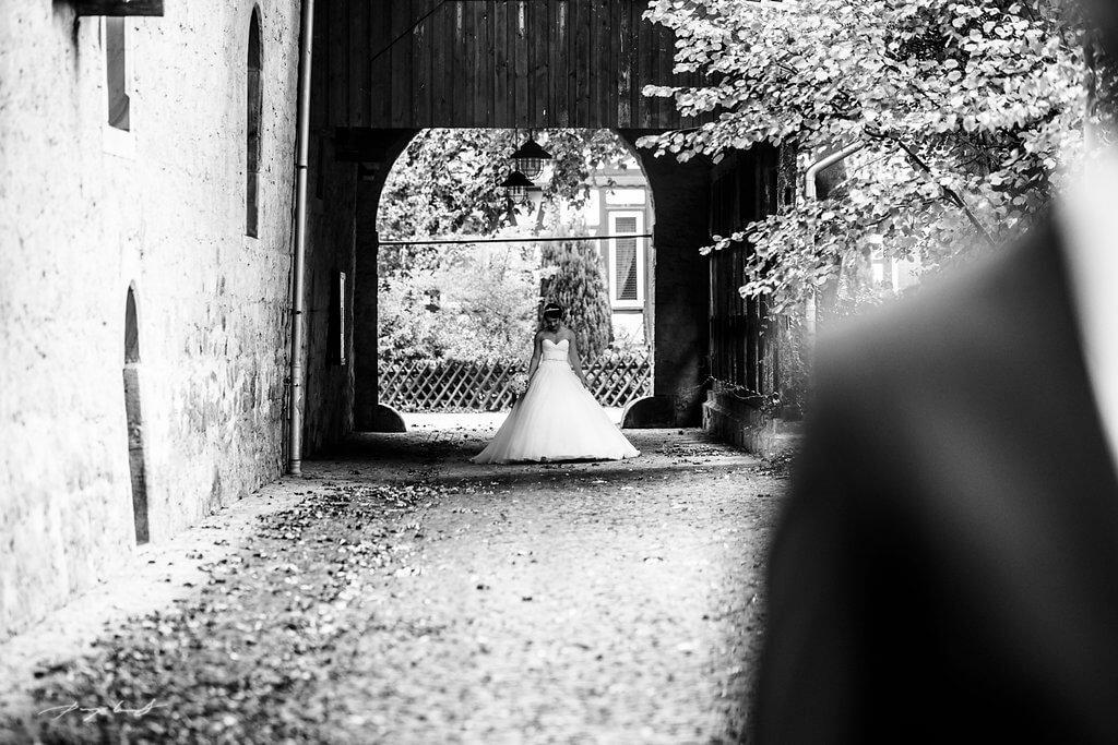 die braut kommt fotografie schloss wolfsburg-bräutigam hochzeitsfotograf