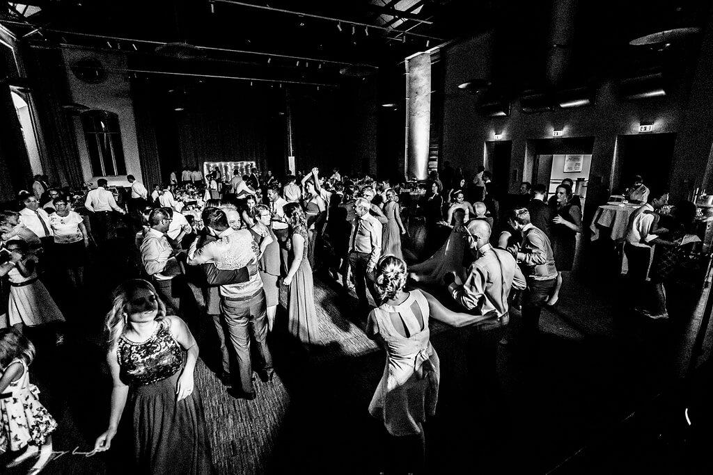 alle auf die tanzfläche schwarz weiss parkhotel hochzeitsfotograf braunschweig hochzeitsfeier