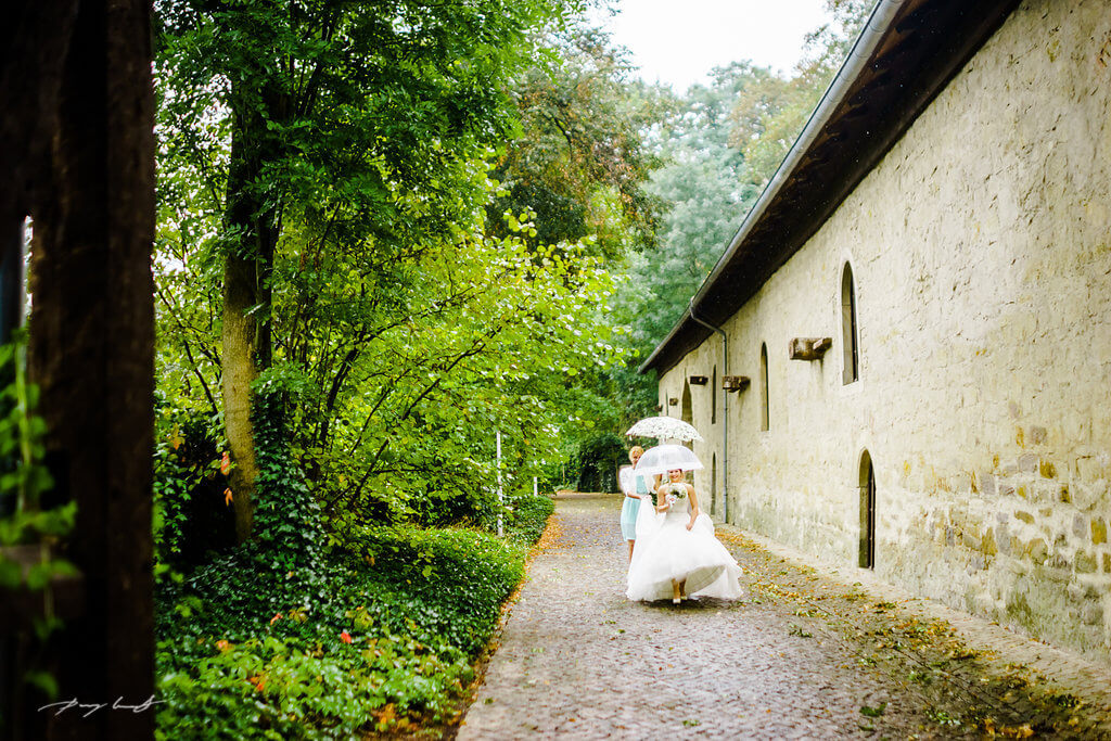 braut im regen auf dem schloss hochzeitsshooting fotograf in wolfsburg hochzeitsreportage