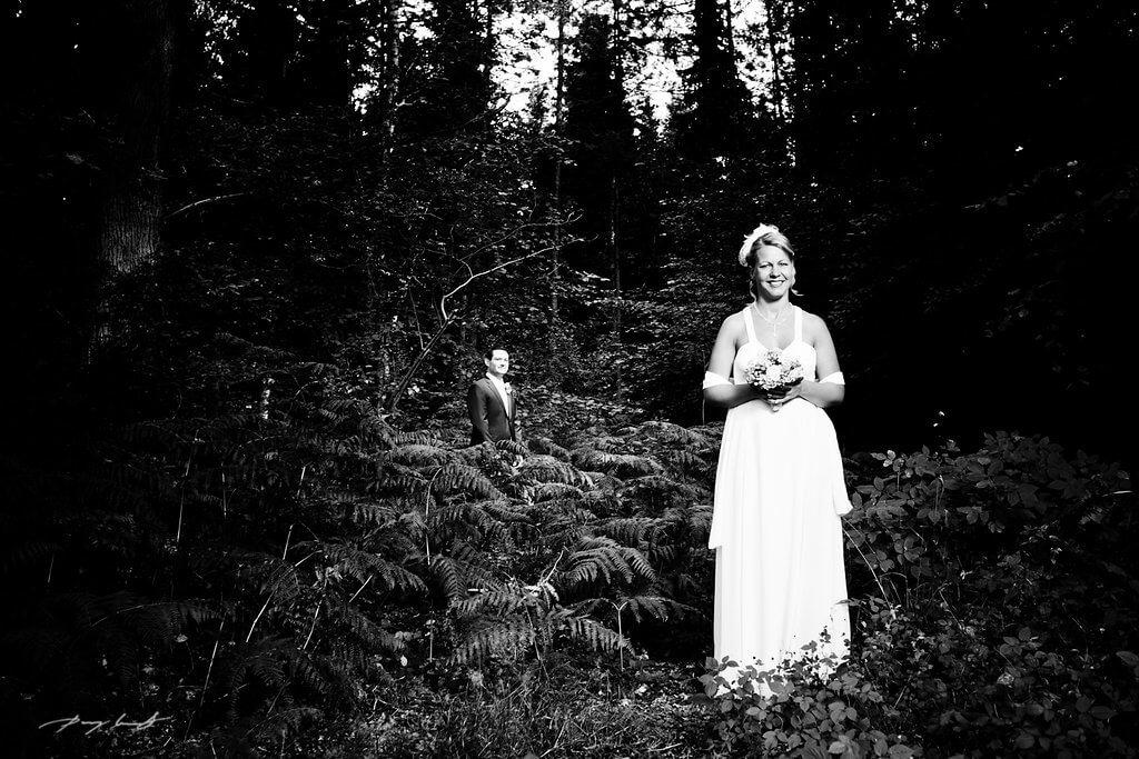 mittendrin braut und bräutigam hochzeitsfotografie schwarz weiß amelinghausen