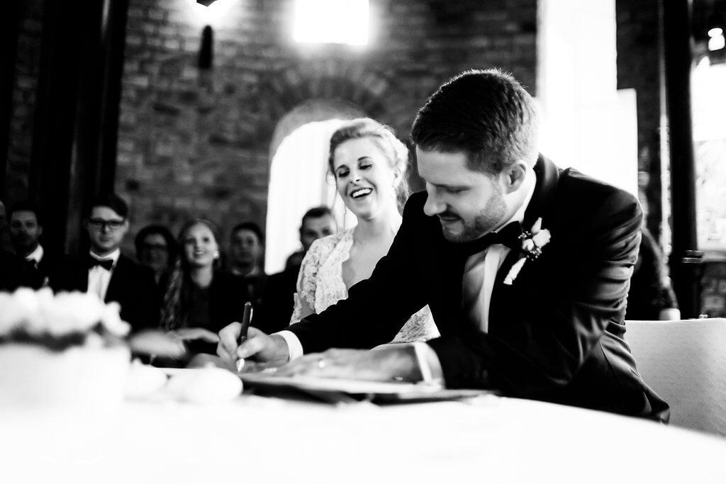 bräutigam unterschrift trauung wasserturm lüneburg braut standesamt schwarz weiß
