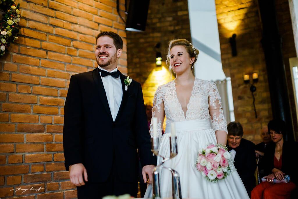 glücklich brautpaar hochzeitsfotograf hochzeitsreportage wasserturm lüneburg ein lächeln hochzeit