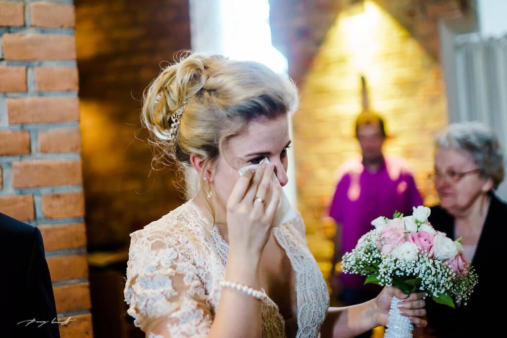 weinen vor glück trauung im wasserturm lüneburg hochzeitsfotografie trauung hochzeitsfotograf wasserturm trauung freudentränen