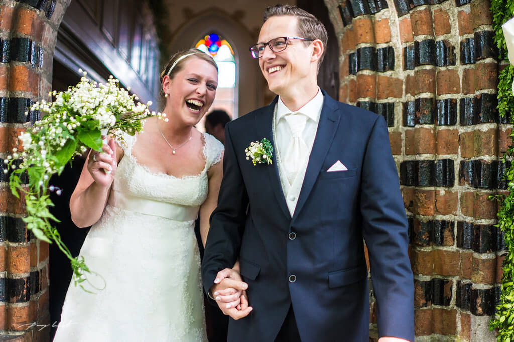 freude pur nach der trauung hochzeit hanstedt heiraten in kapelle trauung braut und bräutigam