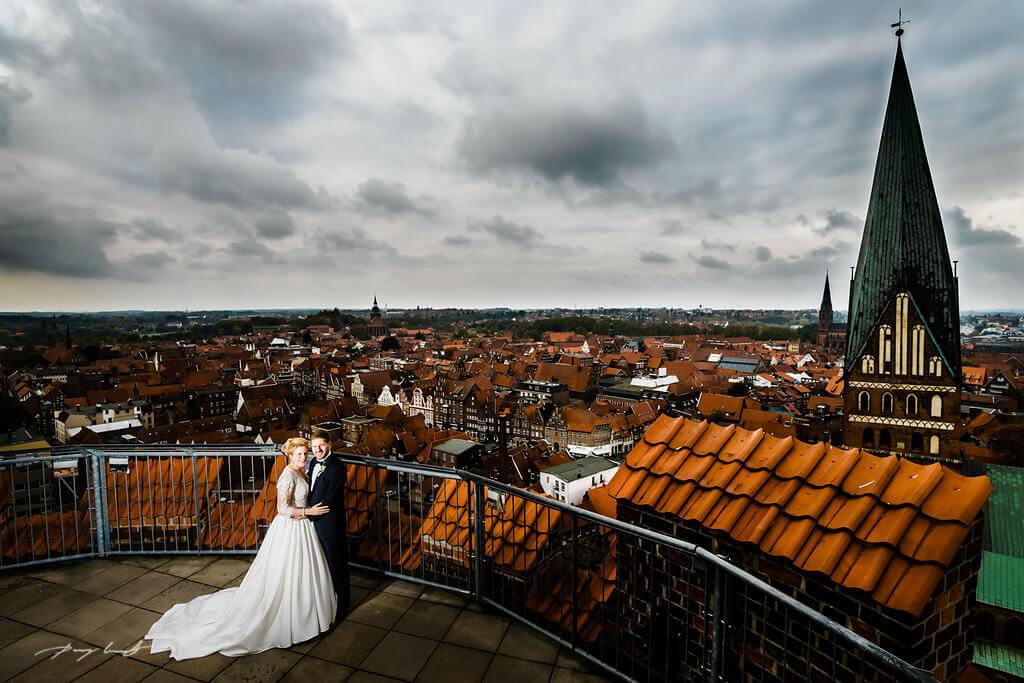brautpaar nach der trauung hochzeitsfotografie braut und bräutigam auf dem wasserturm lüneburg hochzeitsreportage trauung trausaal-