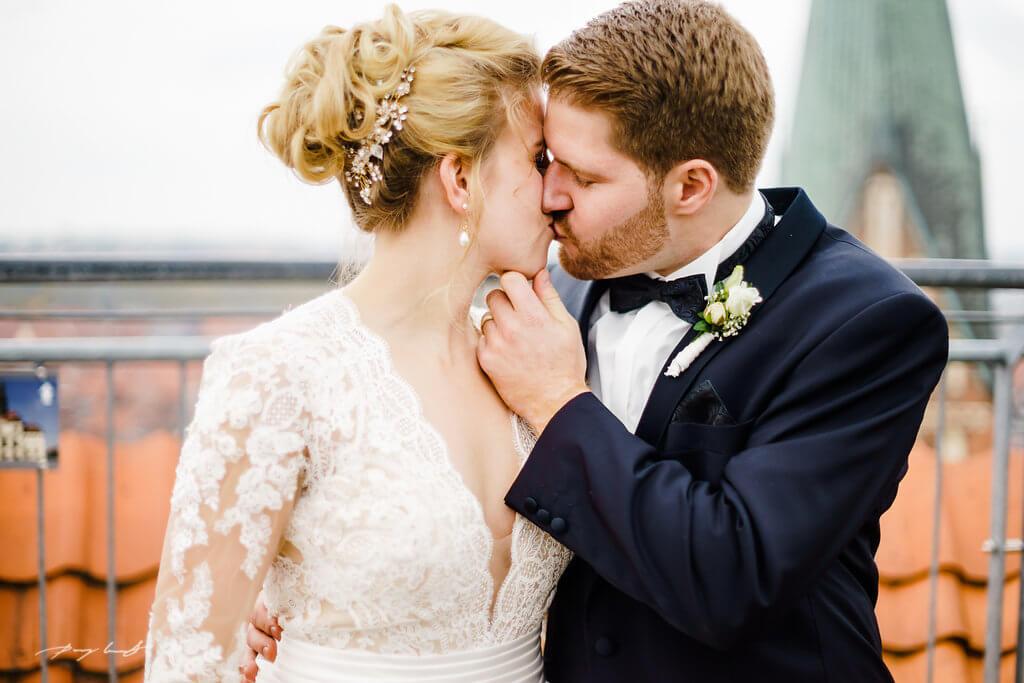 ein kuss hochzeit brautpaar heiraten im wasserturm braut und bräutigam