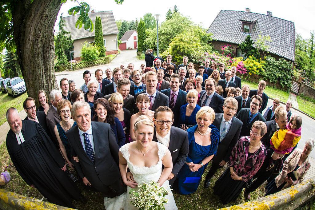 gruppenfoto hochzeitsgäste braut bräutigam hochzeitsfotograf hanstedt kapelle freude nach der trauung