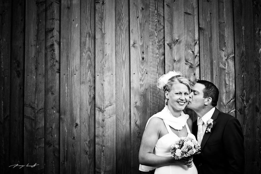 bräutigam küsst braut hochzeitsfotografie wischhof wriedel gasthaus