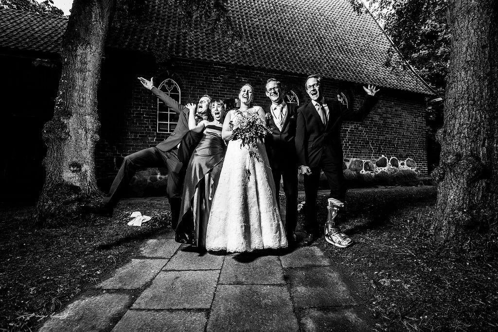 brautpaar schwarz weiß hochzeitsgäste gruppenfoto