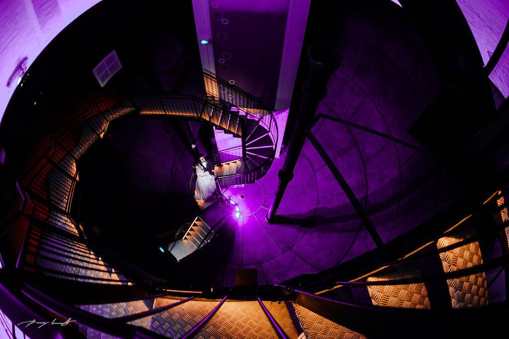 Treppenhaus licht brautpaar hochzeitsfotografie lüneburg wasserturm beleuchtet