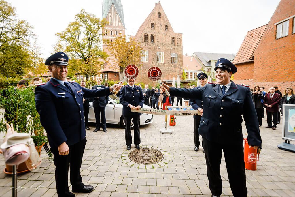 stehen geblieben vor wasserturm lüneburg hochzeitsfotografie nach der trauung freiwillige feuerwehr nindorf