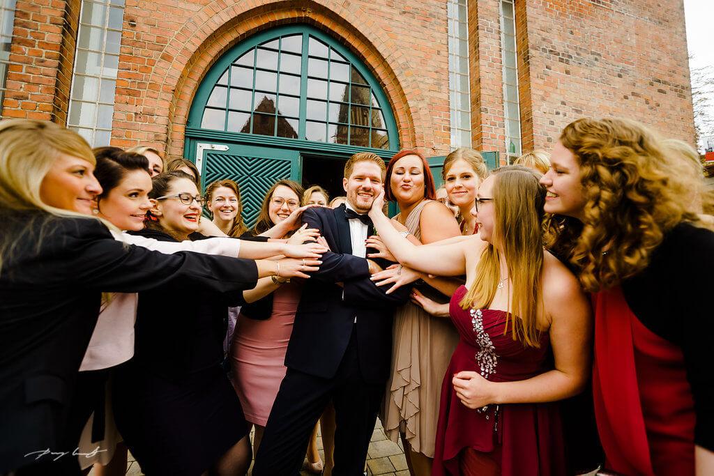 frauenbelagerung nach der trauung bräutigam hochzeit trauung wasserturm lüneburg fotograf hochzeitsfotografie