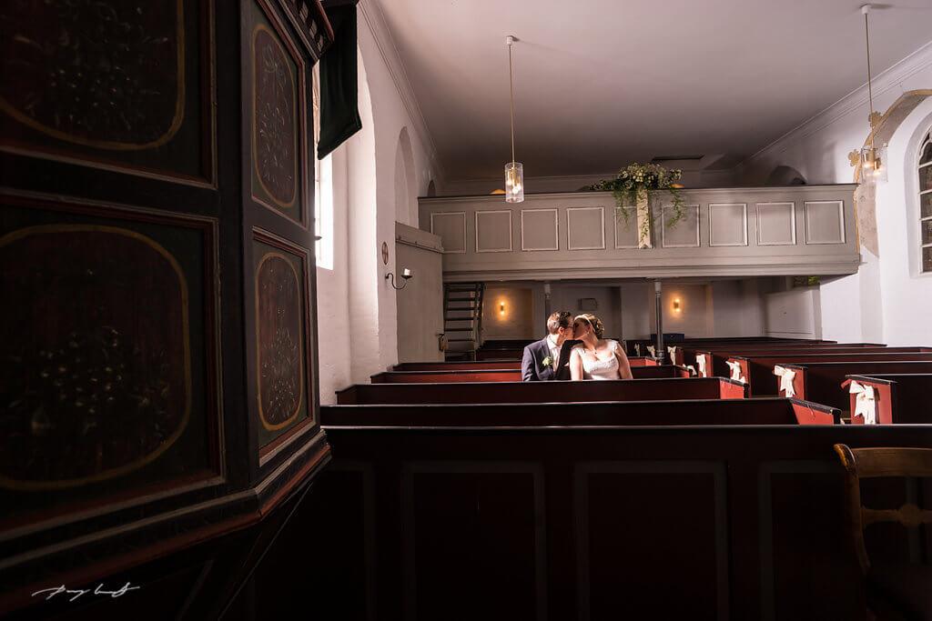 in der kapelle hochzetsfotografie kapelle zu hanstedt hochzeitsfotograf braut und bräutigam kuss