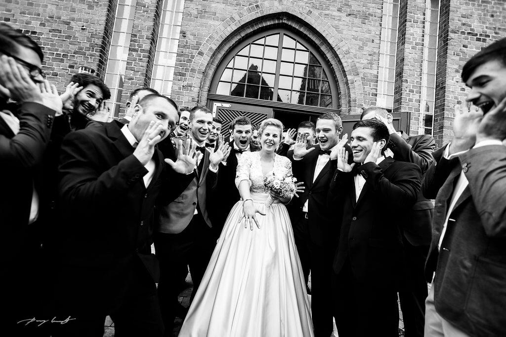 männerunde mit braut trauung der schönste tag hochzeitsfotografie wasserturm lüneburg standesamt schwarz weiß