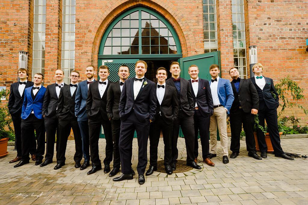 nach der trauung bräutigam gruppenfoto freunde standesamt wasserturm lüneburg hochzeit heiraten im standesamt