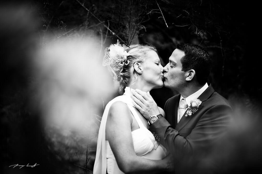 zwischenbäumen ein kuss hochzeitsfotografie schwarz weiß