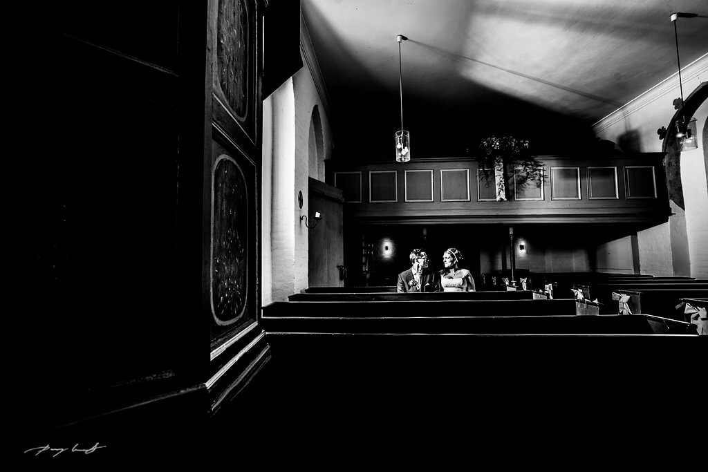 schwarz weiß brautpaar trauung nach der trauung hohzeitsfotograf hanstedt hochzeitsshooting