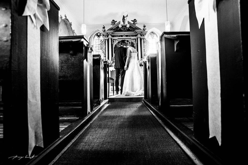 am altar brautpaar nach der trauung hochzeitsfotografie hanstedt kapelle schwarz weiß