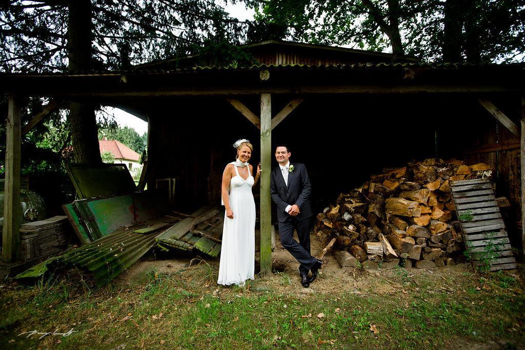 hochzeitsfotografie brautpaar hochzeitsfeier gasthof holzschuppen fotografie wriedel
