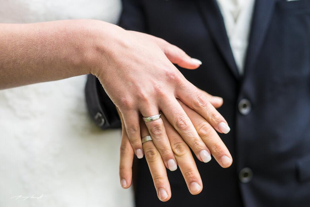trauringe hochzeitsfotografie hanstedt ring am finger braut bräutigam heiraten trauung trauringe