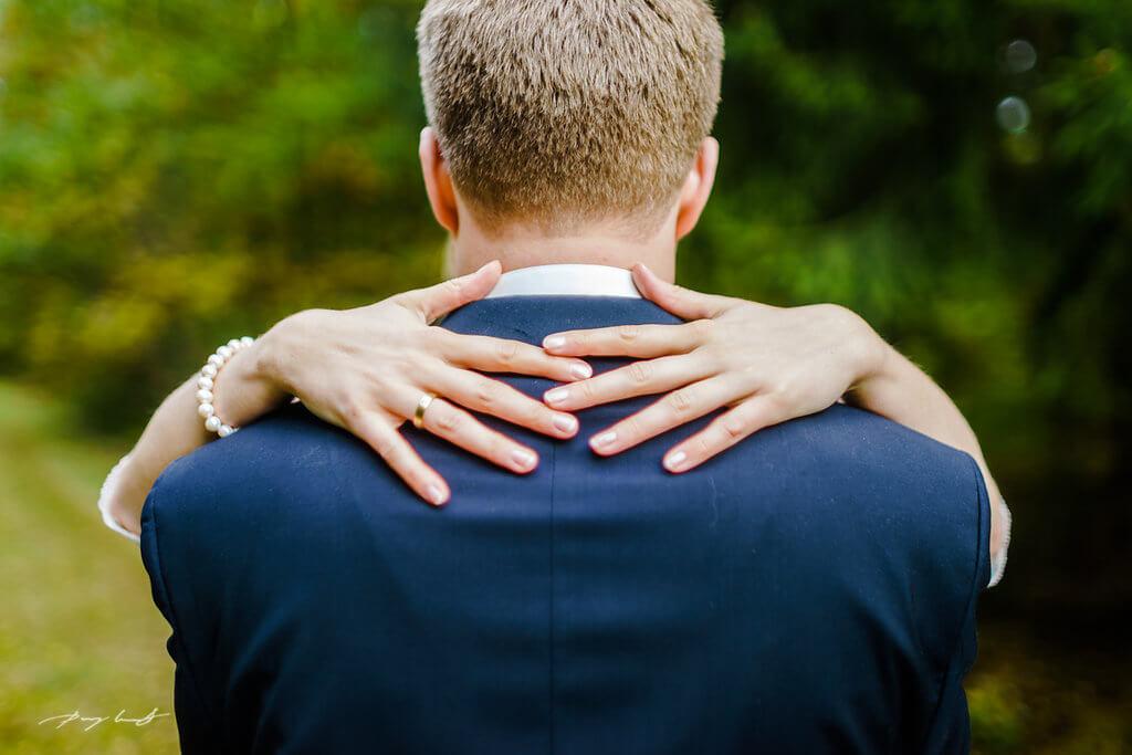 zwei hände braut hochzeitsfotografie bräutigam hochzeitsfotograf heiraten glücklich