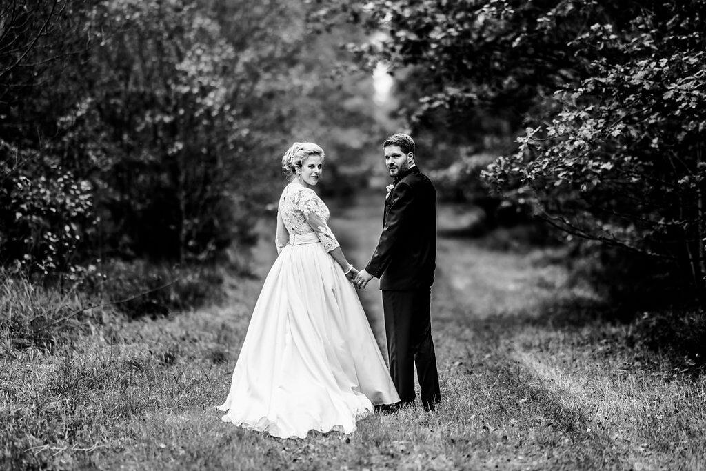 blick zurück fotografie schwarz weiß hochzeitsfotograf brautpaar