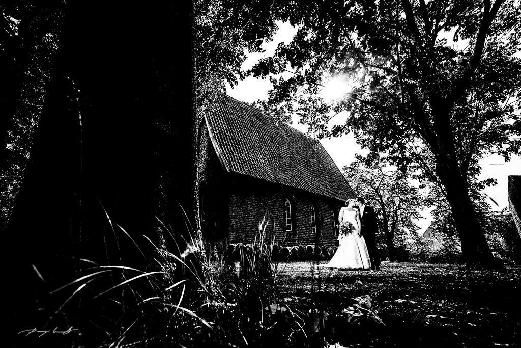 kapelle hochzeitsfotografie brautpaar hanstedt braut bräutigam kuss