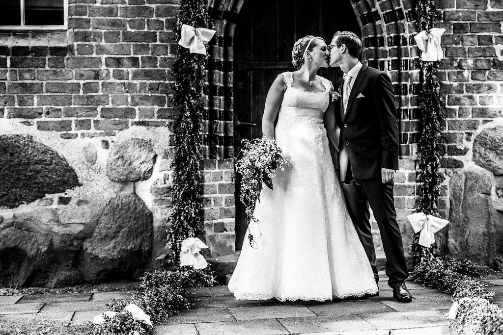hochzeitsfotografie schwarz weiß braut bräutigam kuss hochzeitsshooting