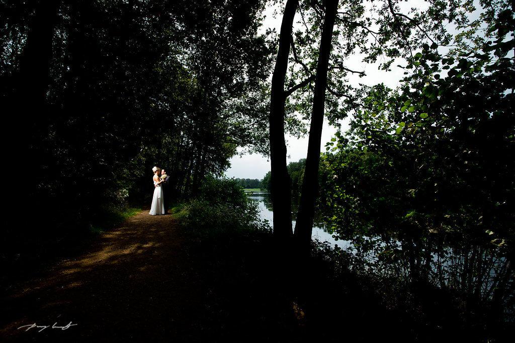 natur brautpaar nach der trauung hochzeitsfotografie am see amelinghausen lopausee