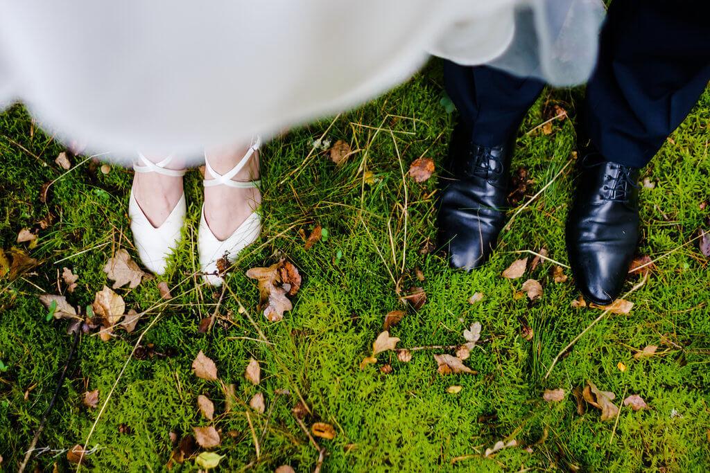 hochzeitsschuhe heiraten pattensen brautpaar hochzeitsshooting hochzeitsfotograf