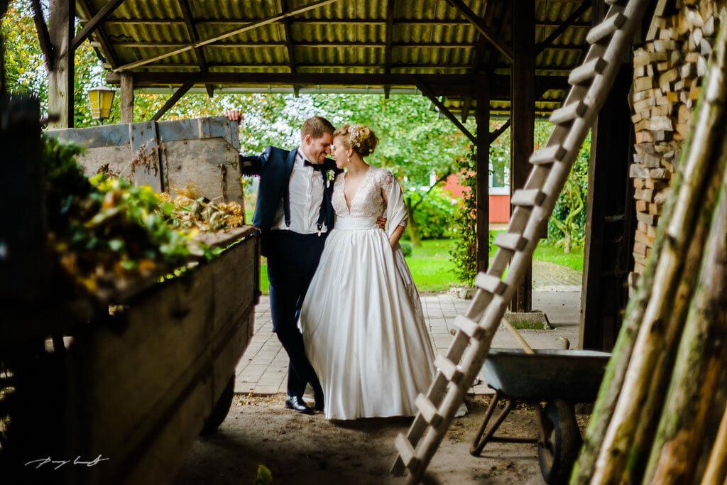 am schuppen brautpaar hochzeitsfotograf heiraten hochzeitsshooting brautpaar