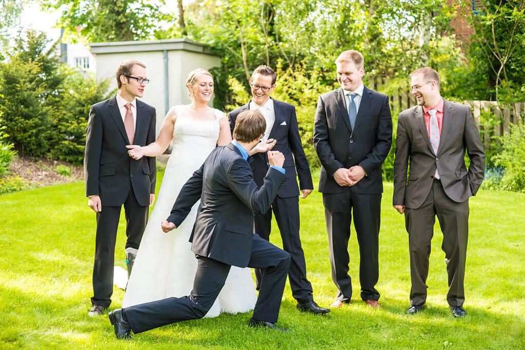 hochzeitsfotografie brautpaar und freunde holdenstedter hof hochzeitsfotograf heiraten hochzeitsfeier in uelzen gäste