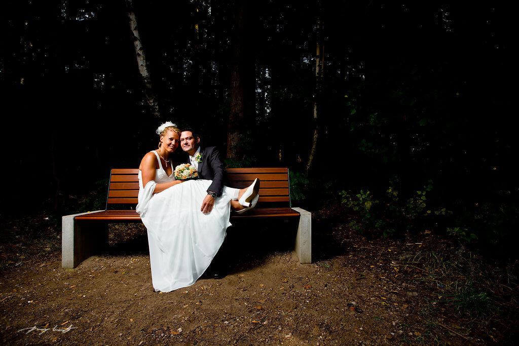 auf der bank braut und bräutigam natur hochzeitsfotografie brautpaar lopausee hochzeitsfotograf amelinghausen