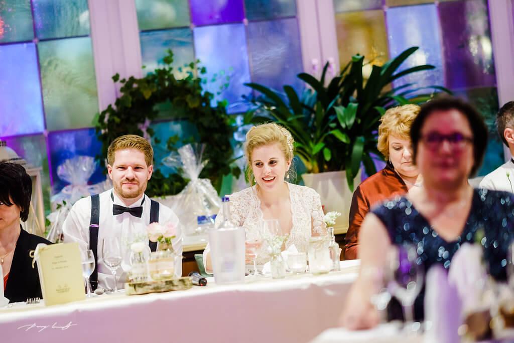 hochzeitsfeier brautpaar am tisch hochzeitsreportage brautpaar heiraten maack kramer landgasthof