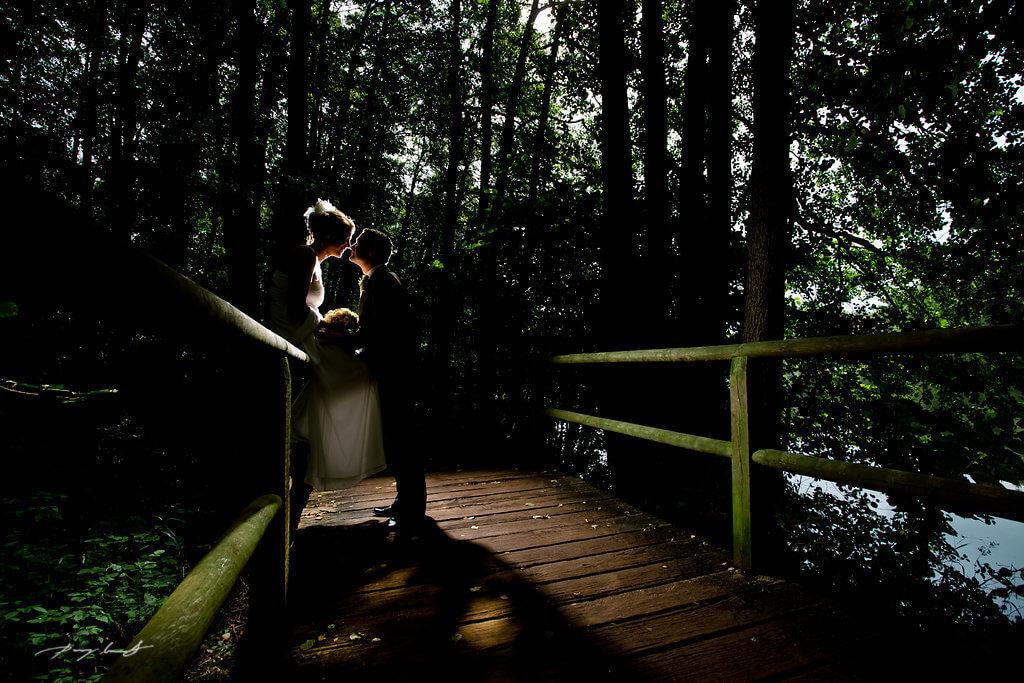 lopausee brücke brautpaar kuss hochzeitsfotografie hochzeitsreportage