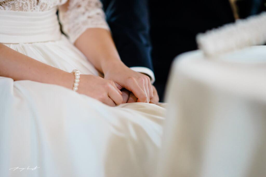 hand in hand braut und bräutigam heiraten im wasserturm lüneburg hochzeitsfotografie