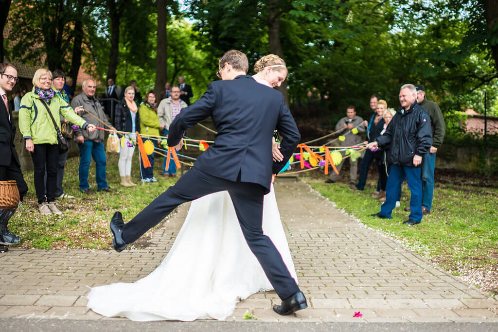 über den schleier braut und bräutigam trauung hochzeitsfotografie kapelle hanstedt schleier gäste