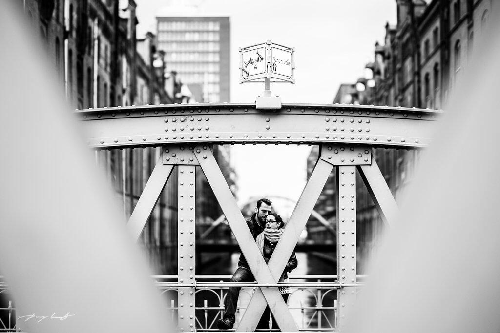 aus der ferne brücke speicherstadt engagement schwarz weiß hamburg fotografie pärchenshooting