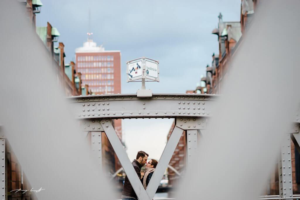 brückenpfeiler hamburg speicherstadt pärchenshooting hamburg er und sie fotograf