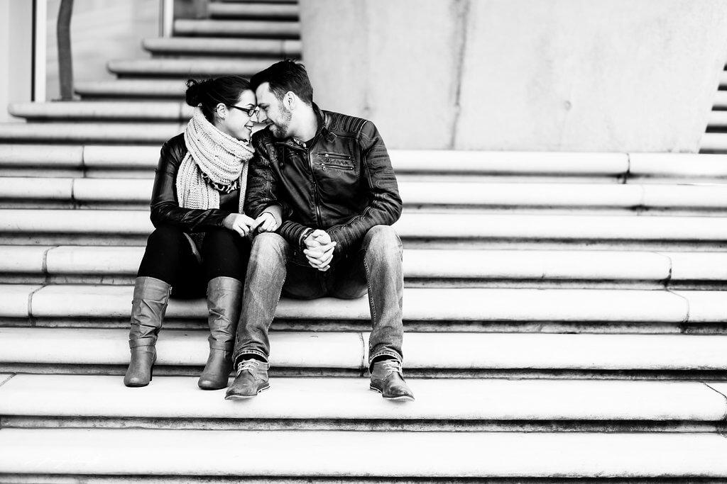 auf der treppe pärchen liebe schwarz weiß engagement hamburg fotograf speicherstadt